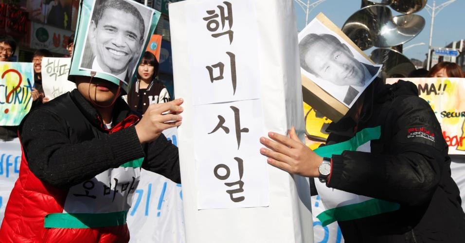 Estudantes usando máscaras do presidente dos Estados Unidos, Barack Obama, e do líder sul-coreano, Lee Myung-bak, protestam do lado de fora da Universidade Hankuk, em Seul, na Coreia do Sul, onde Obama faz discurso para alunos
