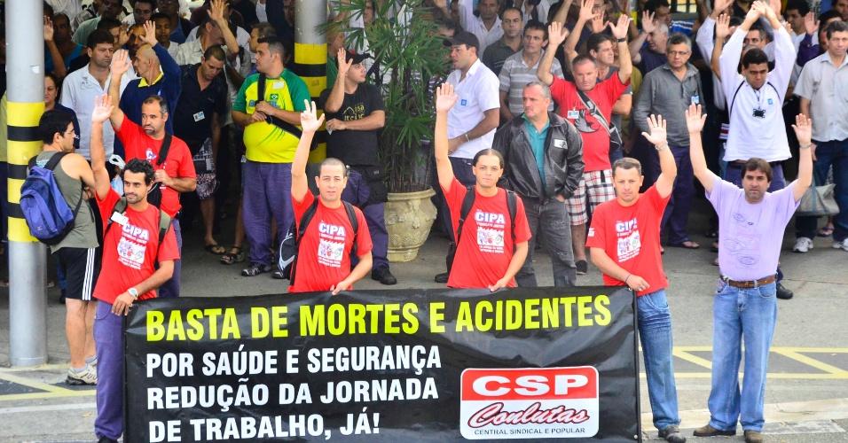 Funcionários da GM realizam protesto contra morte de colega durante o trabalho em fábrica em São José dos Campos(SP)