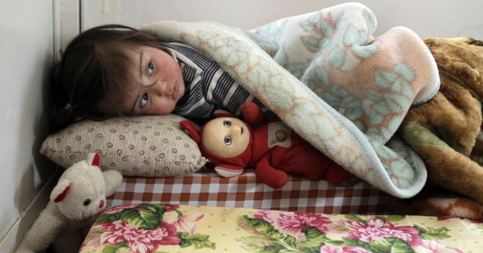 Garota síria tenta dormir em campo de refugiados na cidade libanesa de Arsal