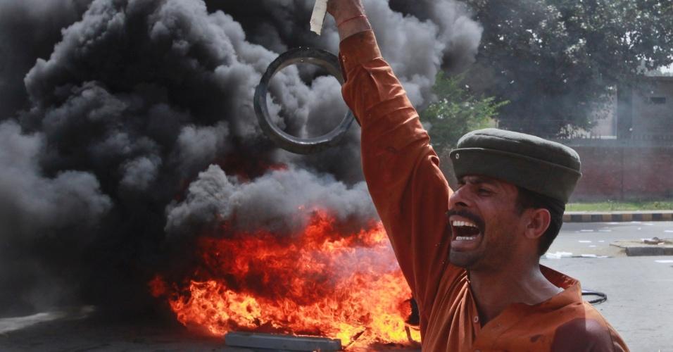 Homem protesta nesta segunda-feira (26), em Lahore, no Paquistão, contra escassez de energia no país