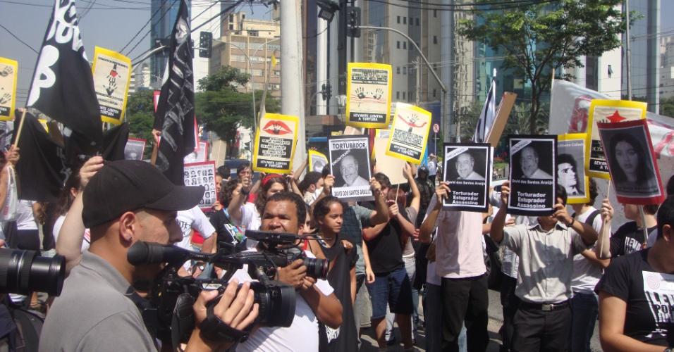 Manifestantes fazem ato de escracho em frente ao local de trabalho de um acusado de praticar tortura, no Campo Belo, zona sul de São Paulo