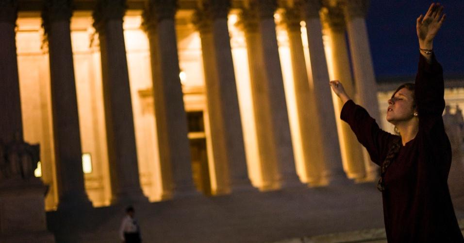 Mulher canta músicas religiosas em frente à Corte Suprema dos Estados Unidos, em Washington
