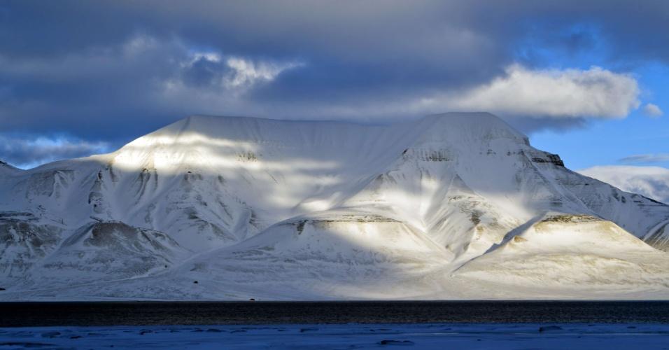 Nuvens encobrem a montanha Hiortfjellet, na Noruega
