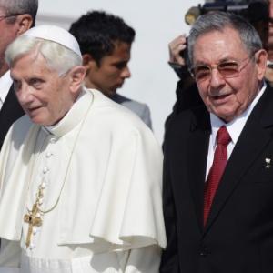O papa Bento 16 é recebido pelo presidente cubano, Raúl Castro, em Santiago de Cuba - Ramon Espinosa/AP