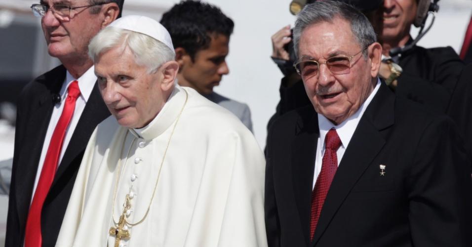 O papa Bento 16 é recebido pelo presidente cubano, Raúl Castro, em Santiago de Cuba