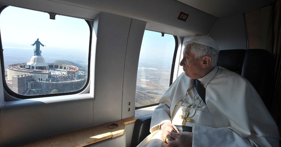 O papa Bento 16 sobrevoa o Santuário de Cristo Rei durante trajeto para Silao, no México, onde celebraria uma missa