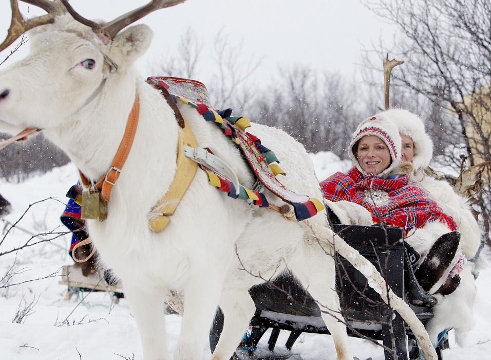 O príncipe Albert e a princesa Charlene, de Mônaco, se divertem em trenó puxado por rena na Escandinávia