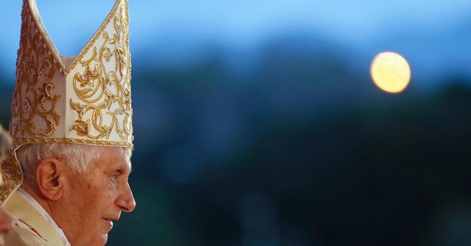 Papa Bento 13 observa cubanos que participaram da Santa Missa realizada em comemoração ao 400º aniversário da descoberta da imagem da Virgem da Caridade de Cobre, em uma praça de Santiago de Cuba