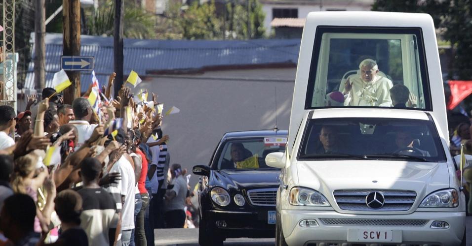 Papa Bento 16 acenou para a multidão que se aglomerou nas ruas de Santiago de Cuba, em Cuba, para vê-lo passar