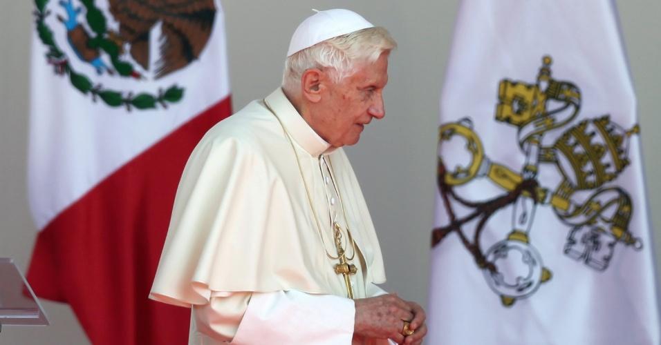 Papa Bento 16 caminha em palco, em Silao, durante ato de despedida do México