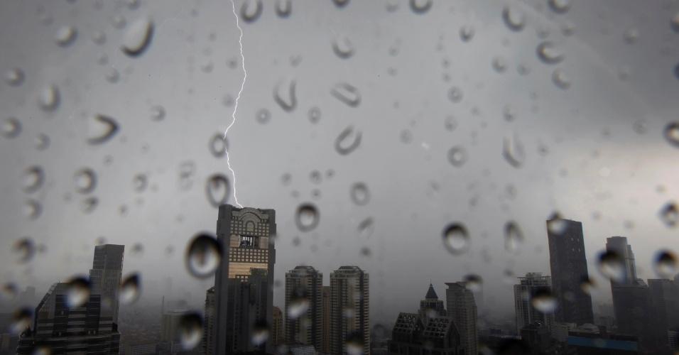 Raio atinge edifício em Bancoc, na Tailândia, durante tempestade na capital do país
