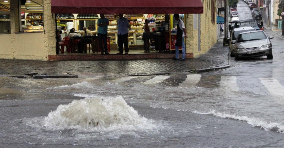 A forte chuva que caiu na tarde de terça-feira (27) causoualagamento na rua José Zappi, na Vila Prudente, zona leste de São Paulo