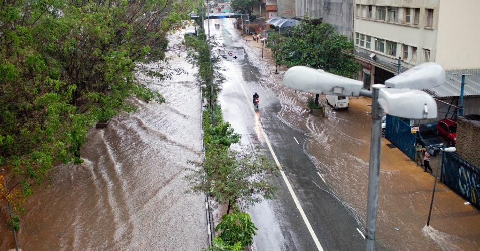 Chuva causa ponto de alagamento e interdita o trânsito na Avenida 9 de Julho, na região central de São Paulo, na tarde de terça-feira (27)