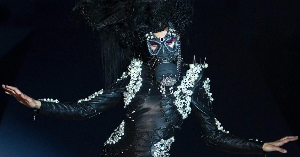 criação do estilista Hu Sheguang durante a Semana de Moda da China em Pequim