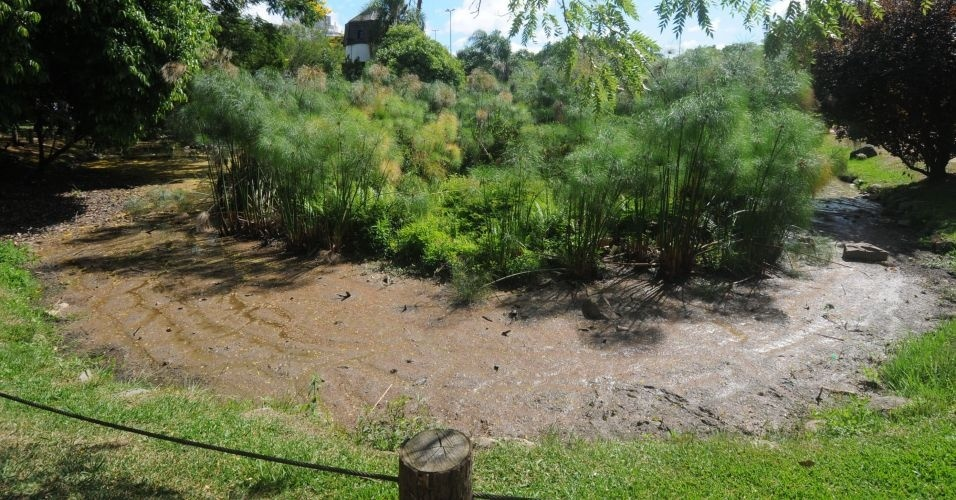 Estiagem no Sul deixa o lago do parque dos Moinhos de Vento em Porto Alegre quase sem água