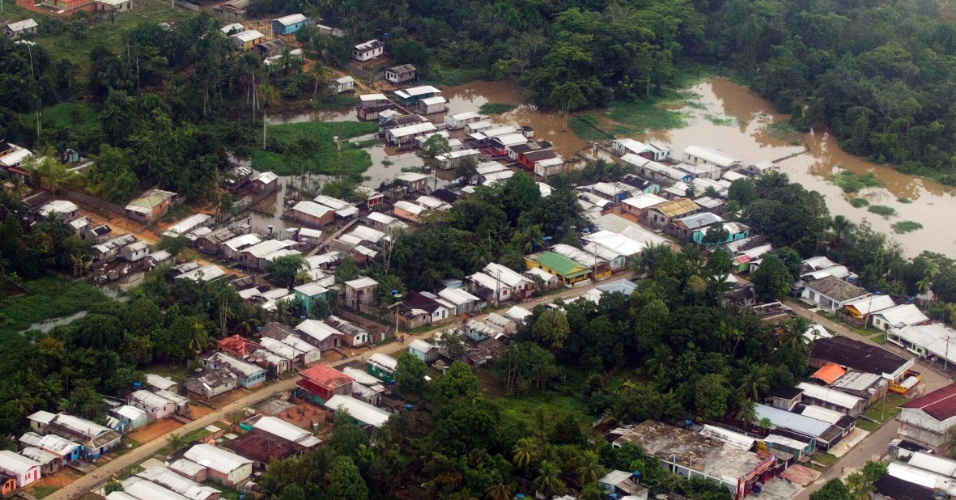Imagem aérea do município de Eirunepé (AM), a 1100 quilômetros de Manaus. A cheia inesperada do Rio Juruá invadiu casas e obrigou escolas a suspenderem as aulas