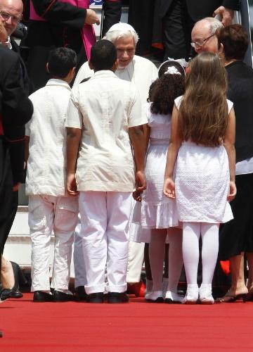 O papa foi recebido por crianças na chegada ao aeroporto Jose Marti, em Havana