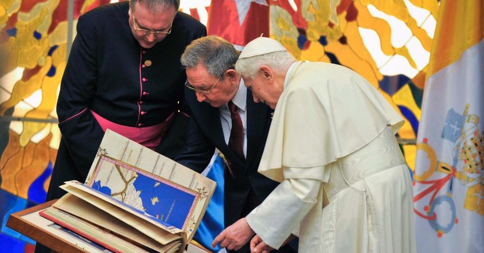 O papa presenteia com um livro o presidente de Cuba, Raul Castro, durante recepção no Palácio da Revolução, em Havana