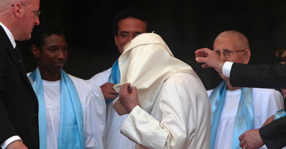 Uma rajada de vento leva as vestes do papa Bento 16 durante celebração em frente ao Santuário de Nossa Senhora da Caridade do Cobre, próximo de Santiago de Cuba