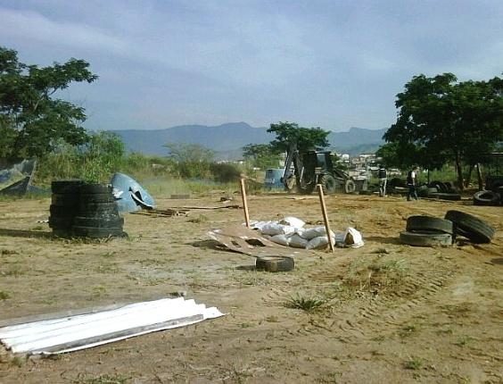 Agentes do Bope desmontam um campo de ilegal de paintpall no morro do Adeus, em Bonsucesso, no Rio de Janeiro