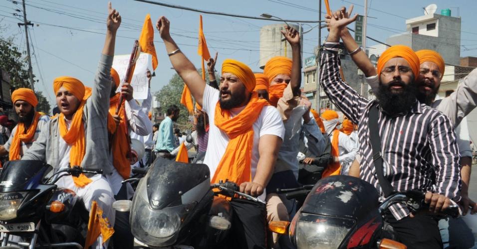 Ativistas sikhs protestam em Amritsar, na Índia