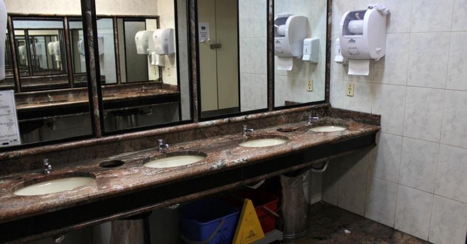 Banheiro do aeroporto Salgado Filho, em Porto Alegre (RS)
