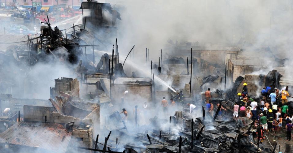 Bombeiros apagam fogo que tomou conta de área residencial na Cidade de Quezon, nas Filipinas