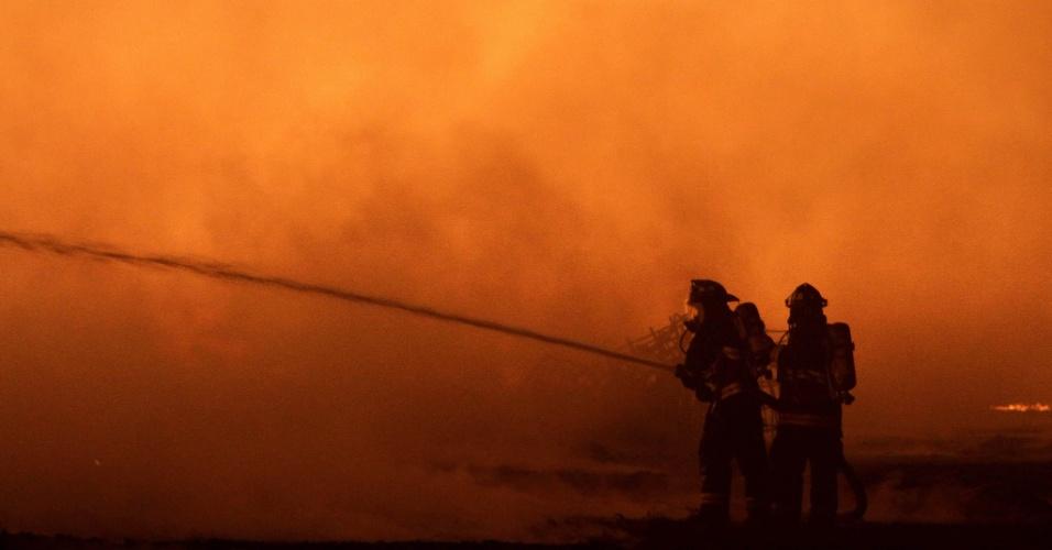Bombeiros lutam contra as chamas durante incêndio em Wenco, no Chile