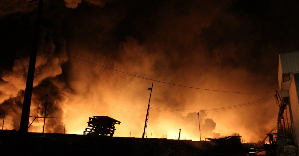 Bombeiros tentam controlar incêndio em fábrica de plásticos em no distrito de Huechuraba, em Santiago do Chile