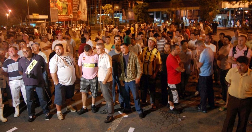 Comerciantes do Ceagesp (Companhia de Entrepostos e Armazéns Gerais de São Paulo) protestam na avenida Gastão Vidigal, na região da Vila Leopoldina, na zona oeste de São Paulo