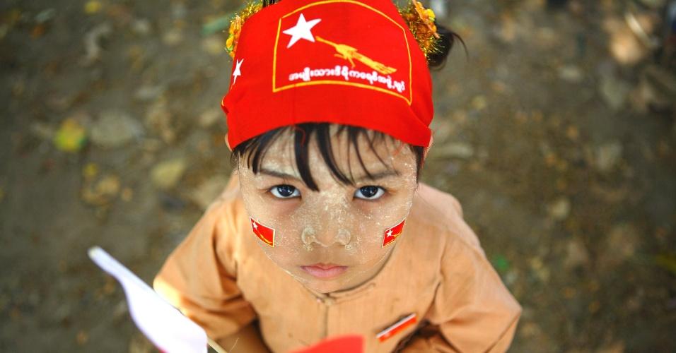 Criança segura bandeira da Liga Nacional pela Democracia em Yangun, em Mianmar