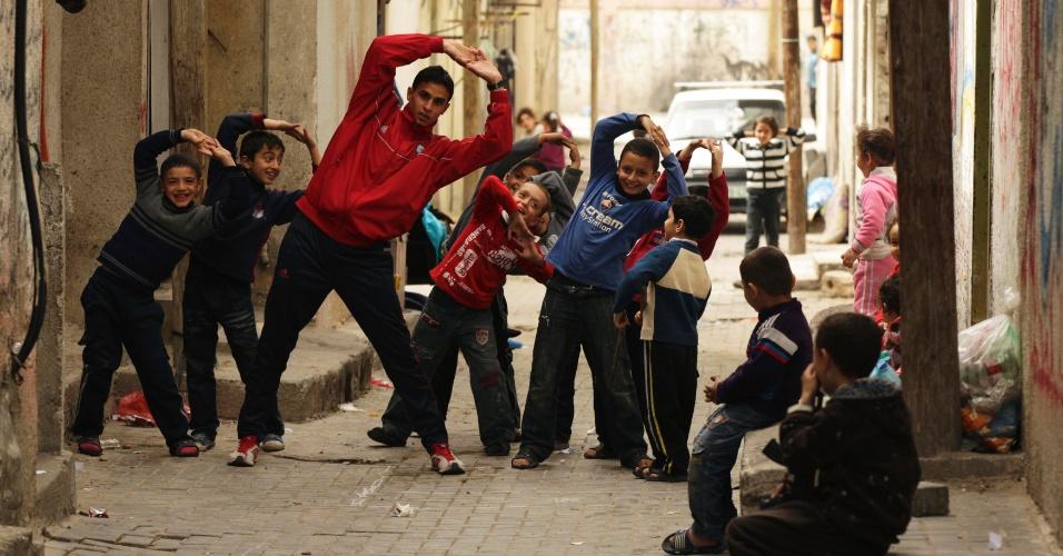 Crianças imitam o corredor Bahaa al-Farra na faixa de Gaza