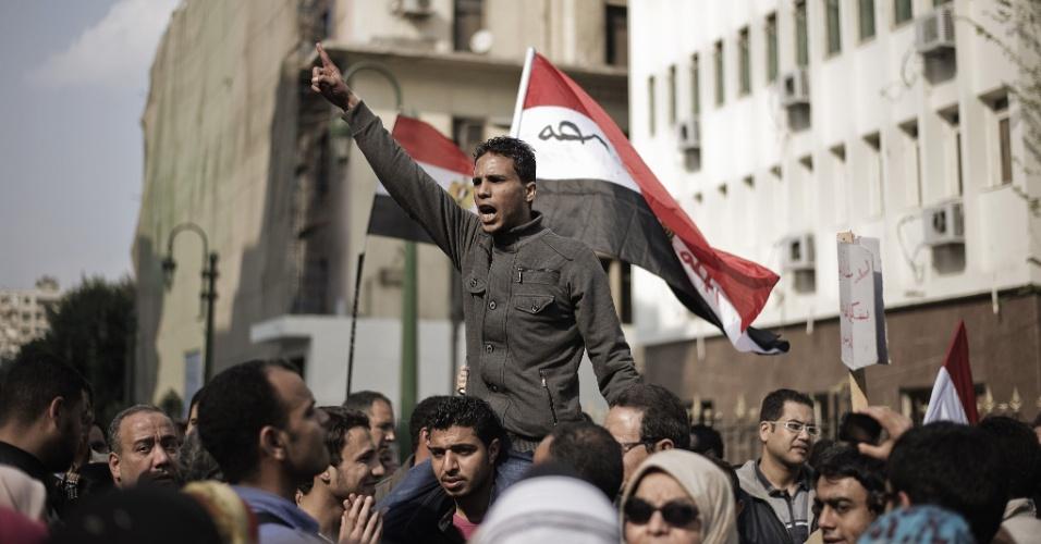 Egípcios protestam contra o comitê encarregado de elaborar a nova Constituição, em frente ao Parlamento do país, no Cairo