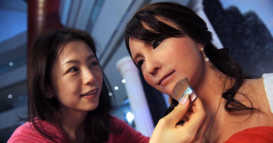 Estilista japonesa faz últimos retoques em maquiagem de Geminoid F, um robô feminino, que será exibido no evento ?Robôs em Movimento 2012? em Hong Kong, na China