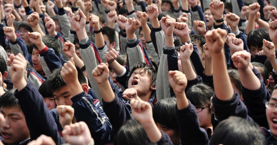 Estudantes gritam frases como ?Eu tenho que ir para a faculdade? e ?Pai e mãe, eu amo vocês? durante discurso de professor em escola de Nanjing, na China