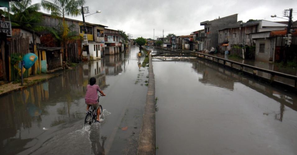 Forte chuva que atinge Belém (PA) deixa várias áreas alagadas