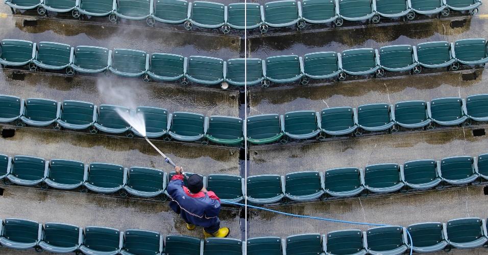 Funcionário limpa cadeiras no estádio da equipe de baseball Cleveland Indians, em Cleveland, no Estado americano de Ohio