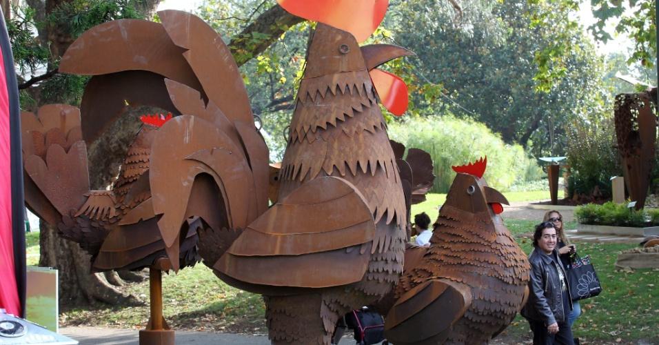 Homem observa esculturas durante a Mostra Internacional de Flores e Jardins em Melbourne, na Austrália
