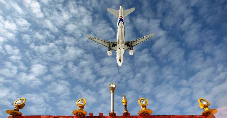 Jato Airbus A-319 decola em aeroporto de Moscow