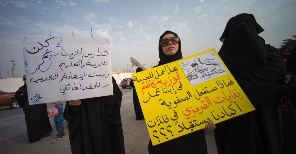 Mulheres com cartazes antixiitas participam de protesto em frente ao Ministério da Educação na cidade de Isa, ao sul de Manama, capital do Bahrein