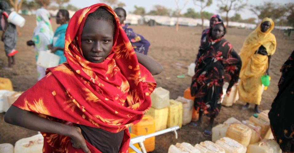 Mulheres refugiadas se reúnem em local de Jamam, no Sudão, em busca de água