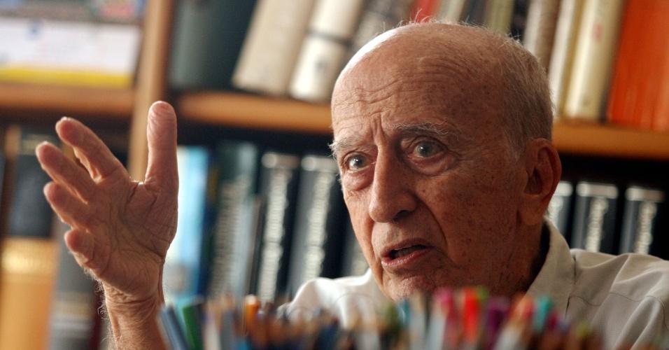 O escritor, desenhista, dramaturgo, poeta e jornalista Millôr Fernandes morreu aos 87 anos em sua casa, no Rio de Janeiro