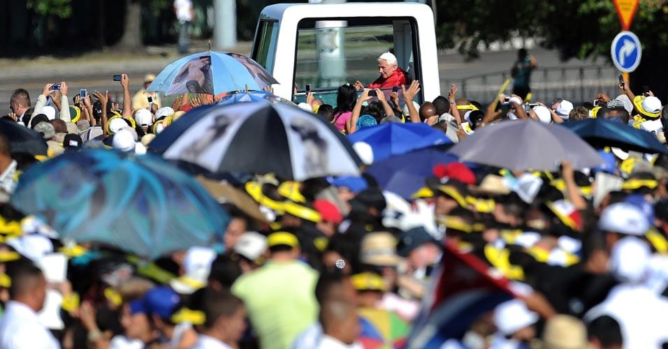 O papa Bento 16 acena para fiéis do papamóvel, em sua chegada à Praça da Revolução em Havana