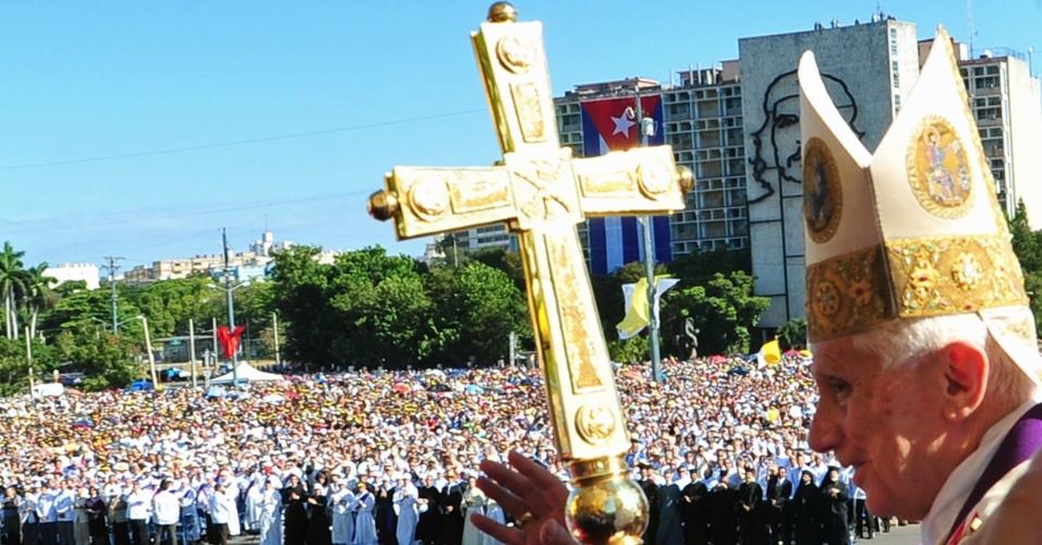 O papa Bento 16 acena para multidão na Praça da Revolução, em Havana