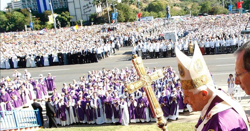 O papa Bento 16 caminha sobre palanque antes de rezar missa pública na Praça da Revolução, em Havana