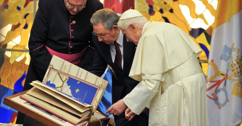 O papa Bento 16 presenteia Raúl Castro (centro), presidente de Cuba em Havana, com um réplica de