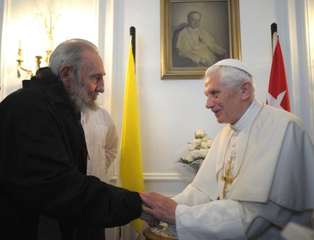 O papa Bento 16 se encontra com o ex-líder cubano Fidel Castro (à direita) em março - Reuters/Osservatore Romano