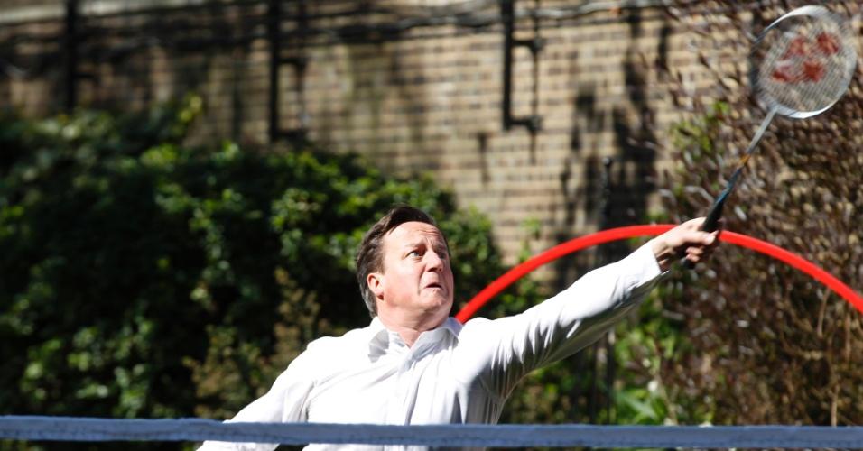 O primeiro-ministro do Reino Unido, David Cameron, jogou badminton no jardim da residência oficial