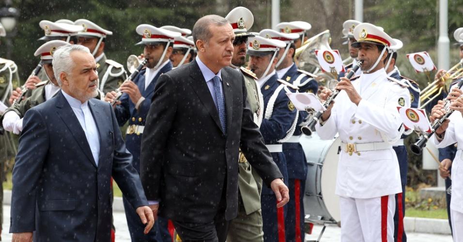 O primeiro vice-presidente iraniano, Mohammad Reza Rahimi (à esq.), caminha com o primeiro-ministro da Turquia, Recep Tayyip Erdogan