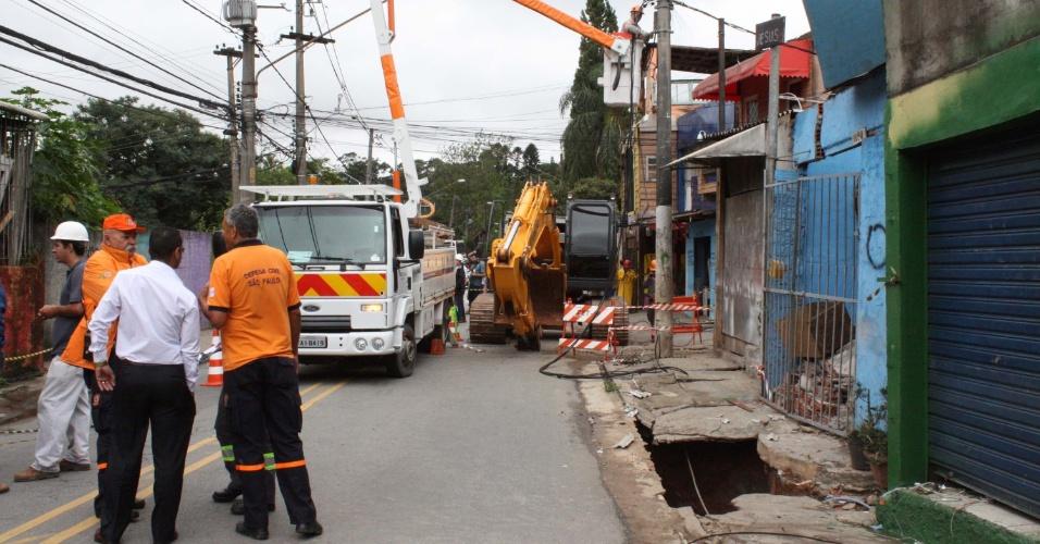 Oito casas começaram a ser demolidas de uma rua da favela de Paraisópolis, no Morumbi, zona oeste de São Paulo